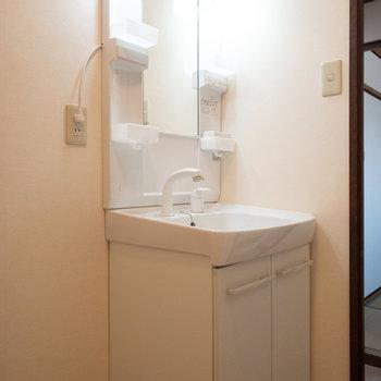 洗面台の横にスペースがあるので、タオルなどを収納するボックスも置けそう◎