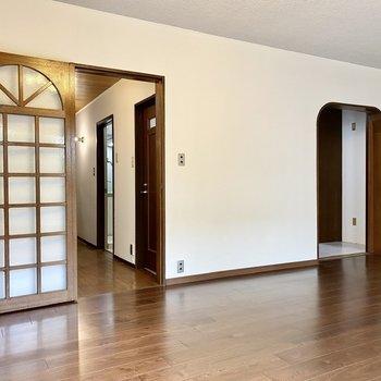 【1階LDK】ナチュラルなドアのデザインがいい感じ。
