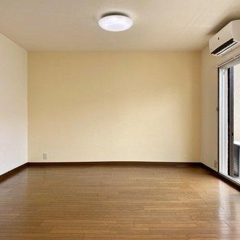 【2階洋室・和室】正面の壁は淡い暖色のアクセントクロスです。