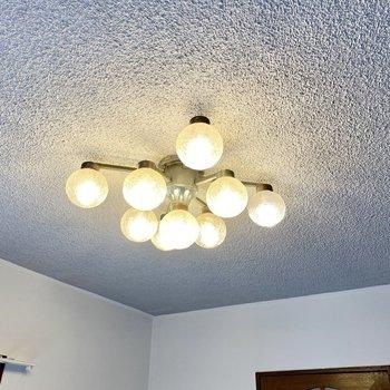 【1階LDK】照明はキュートなシャンデリア。