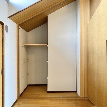【3階納戸】壁際の収納スペース。斜めに切り取られた面白い形。