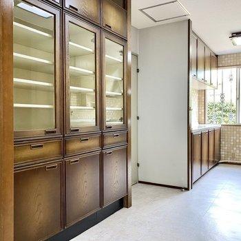 【1階LDK】左には食器棚と、カウンターが。