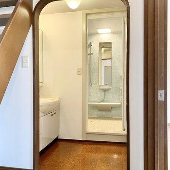 【2階】脱衣所。アーチ型の垂れ壁がキュートです。