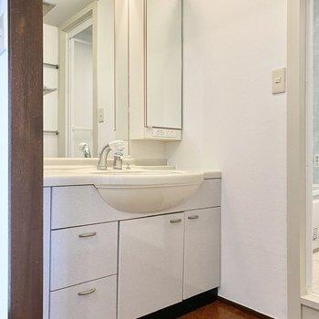 【2階】ワイドな印象の洗面台。右側にもラックがあり使い勝手が良さそうですよ。