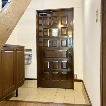 【1階】玄関。重厚感のある扉とワイドなタタキ。