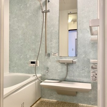 【2階】淡い水色の映える浴室。