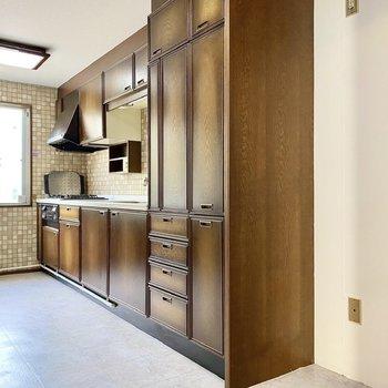 【1階LDK】レトロな印象の広々キッチン。右側に冷蔵庫がおけますよ。