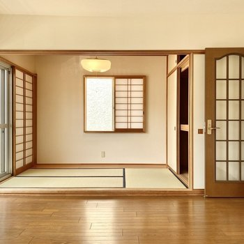 【2階洋室・和室】南向きかつ2面採光なので時間を問わず光を取り入れます。