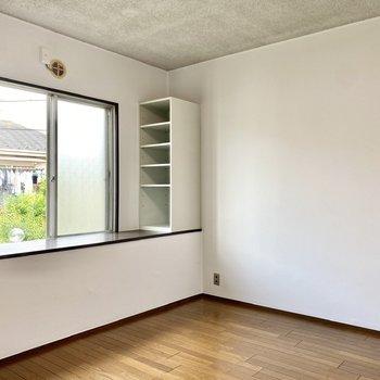 【2階洋室5帖】腰窓の両サイドにラックがありますね。書斎にも良さそうなスペースです。