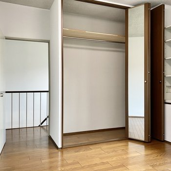 【2階洋室5帖】大きなクローゼット。扉に姿見がついていますね。