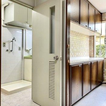【1階】洗濯機室へ。