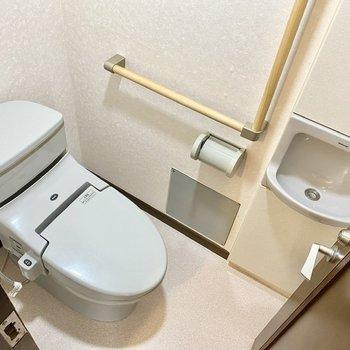 【1階】1階のお手洗い。さっと手を洗うことができますね。