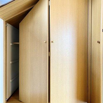 【3階納戸】扉も開き方も独特です。