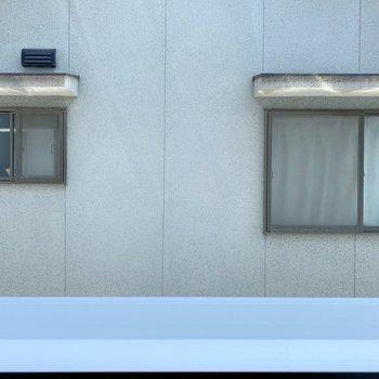 向かいの建物とは距離近め。視線が気になるものは浴室乾燥で◎