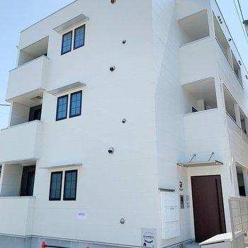 真っ白の建物の2階のお部屋です。