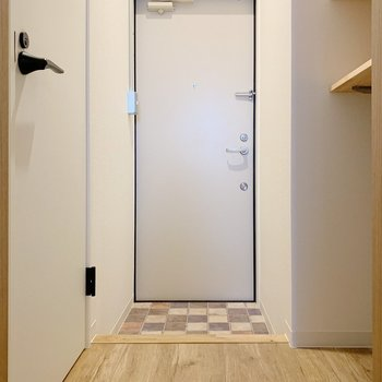 廊下へでると左側にトイレがあります。(※写真は2階の同間取り別部屋のものです)