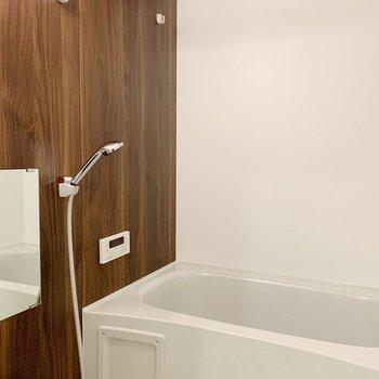 シックな木目のシートに、浴室乾燥機能つき。(※写真は2階の同間取り別部屋のものです)