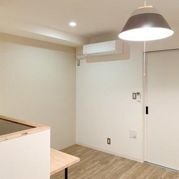 【リビング8.8帖】照明を点けてみたら、暖色の優しいお色◯(※写真は2階の同間取り別部屋のものです)