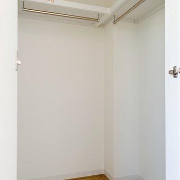 【洋室3.8帖】収納はウォークインクローゼット!衣装持ちさんでも安心!(※写真は2階の同間取り別部屋のものです)