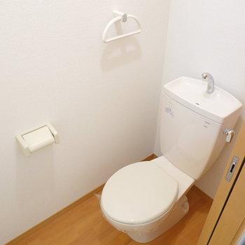 トイレはシンプルですが、コンセントがあるのでウォシュレットが後付け可能!