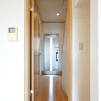 廊下に出て左に脱衣所、右に階段があります。