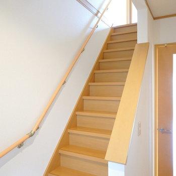 2階への階段は手すり付きで安全。