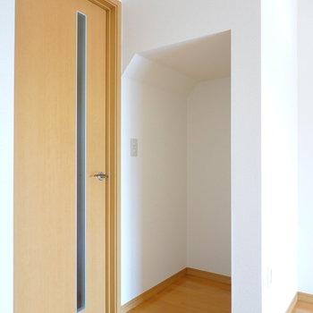 廊下へのドアの横にはオープンな収納スペース。
