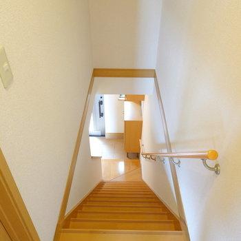 階段を降りると目の前に玄関。