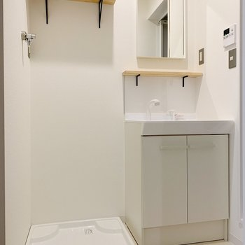 脱衣スペースも程よい広さ。木の小棚がキュートなんです◯(※写真は2階の同間取り別部屋のものです)