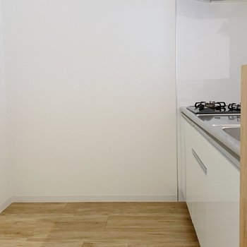 後ろ側に冷蔵庫や食器棚も置けますね。(※写真は2階の同間取り別部屋のものです)
