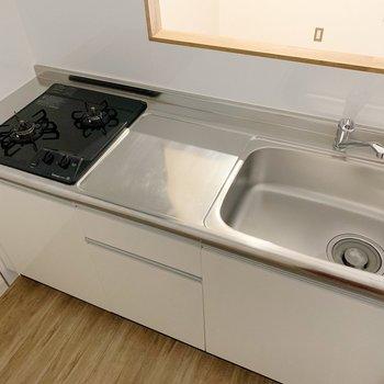 キッチンは対面式。シンク広くて、作業スペースも確保です◎(※写真は2階の同間取り別部屋のものです)