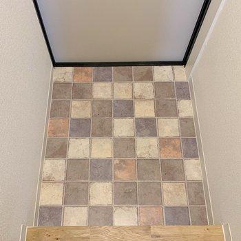 これまた、玄関のタイルがステキ。(※写真は2階の同間取り別部屋のものです)