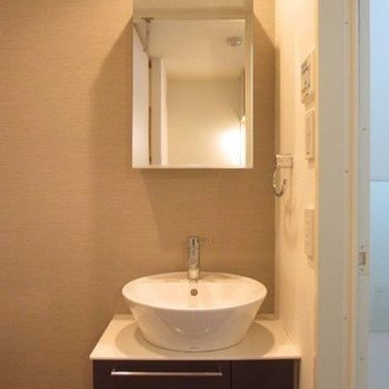 美しい独立洗面台。※写真は3階の反転間取り別部屋のものです