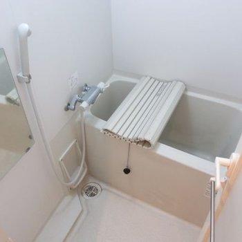 お風呂は浴室乾燥機付き※写真は3階の反転間取り別部屋のものです