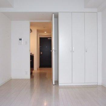 光が反射して明るいお部屋です。※写真は3階の反転間取り別部屋のものです
