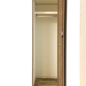 【LDK】サニタリー側に小さめの収納力がありますよ。