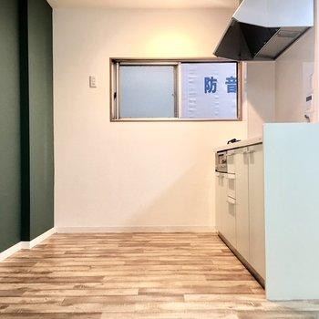 キッチンは背面も広めで使いやすそう。
