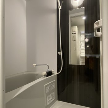 乾燥機付きのバスルーム。
