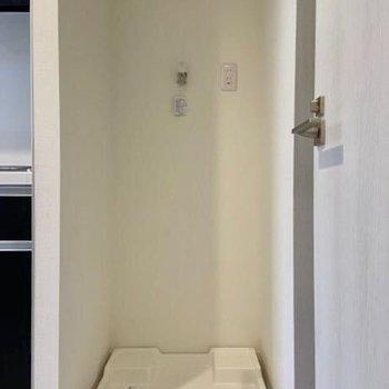 洗濯機置き場はキッチン横にあります。