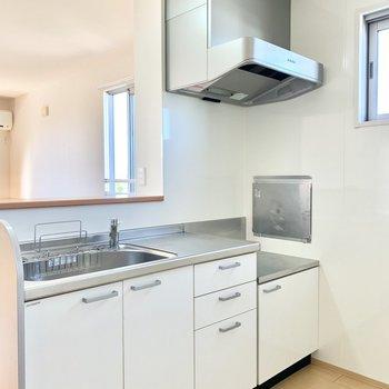 【キッチン】小窓付きの清楚なホワイトキッチン。