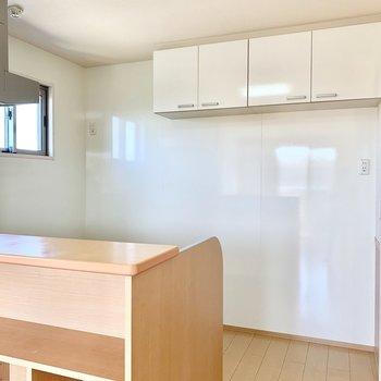 【キッチン】後ろスペースも活用できますし、ツルツル壁で清潔に保てます。