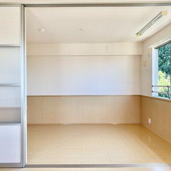 【LDK・洋室】この角度からだと洋室の窓から美しい緑が見えます。