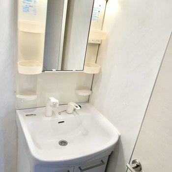 独立洗面台も白くてきれいです。