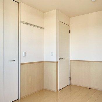 【洋室北側6帖】白いドアを開けると廊下になります。