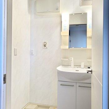 爽やかで清潔感のある洗面室。
