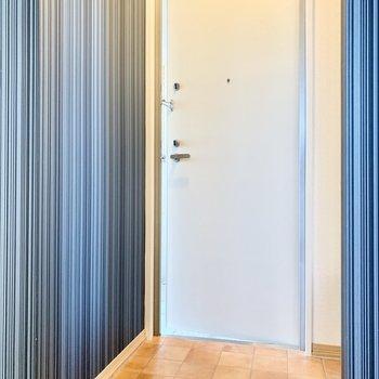 テラコッタ風のおしゃれな玄関。