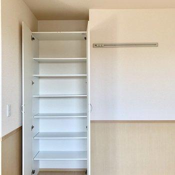 【洋室南側6帖】収納棚とウォールハンガーがありますよ。