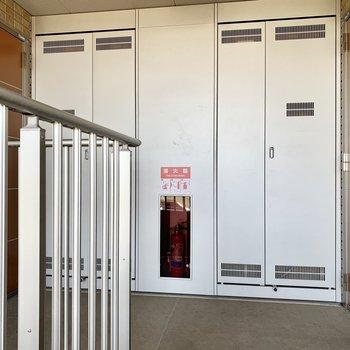 305号室は右側の玄関扉です。