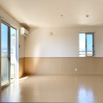 【LDK】西側に小窓がある角部屋です。