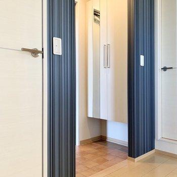 右奥が洗面室で左手前がトイレのドアです。少し段差があります。